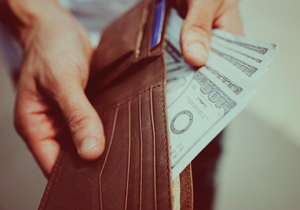 Mengatur uang dengan disiplin.
