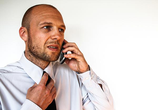 Takut berbicara lewat telepon.