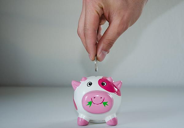 Kelola uang Natal dengan menabung.