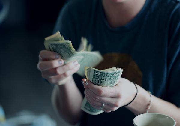 Handal dalam mengatur pengeluaran dan pemasukan.